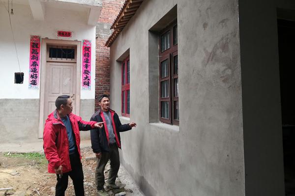 村干部对改造情况进行验收,并告知程良辉农房防火常识。.jpg